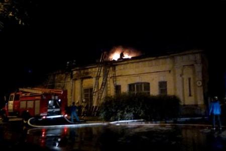 ВНовочеркасске пожарные уже 12 часов гасят пожарную часть
