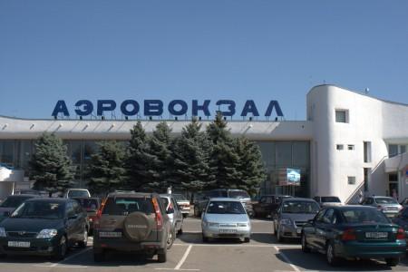 Трое акционеров подали иск к ОАО Аэропорт Ростова-на-Дону .